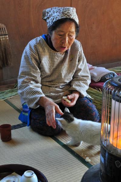 関川さんの奥様が作った「かきもち」をおばあさんが細かくしてあげると、子... 関川さんの『注連縄