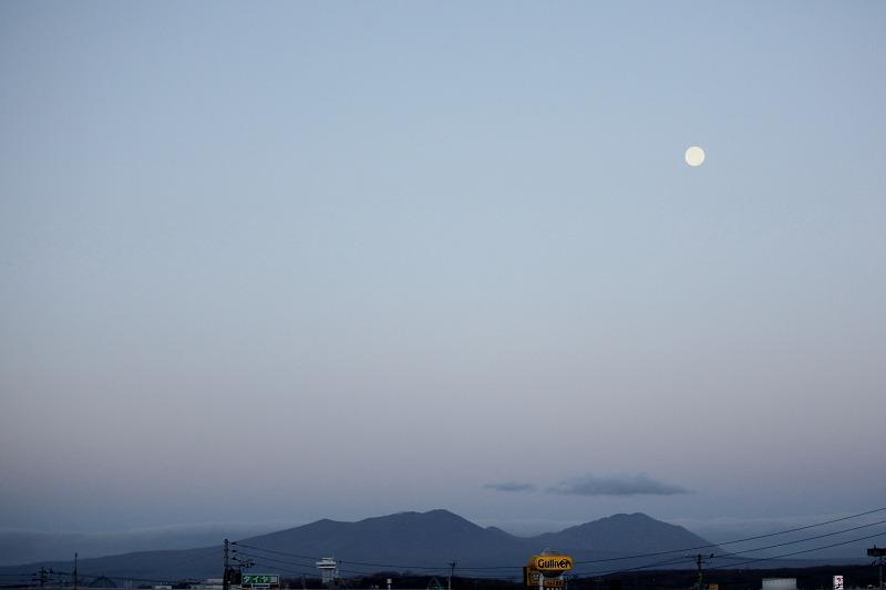 朝焼け 月と樽前山 _a0160581_17392659.jpg