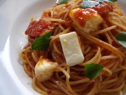 11/24本日のパスタ:ベーコンとモッツァレラチーズのトマトソース・スパゲティ_a0116684_1254568.jpg