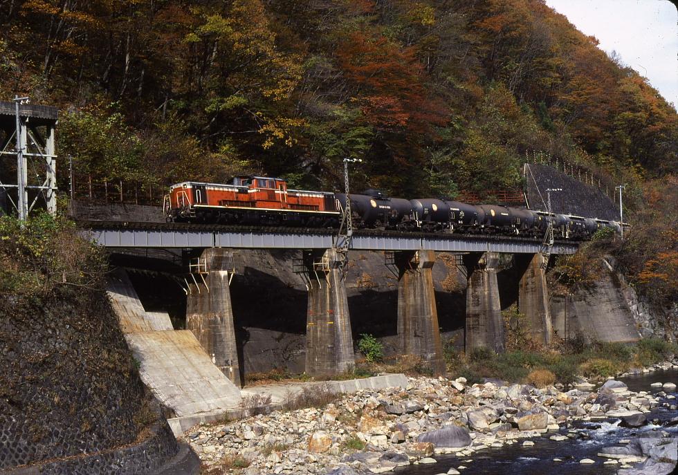 高山線にDD51の貨物列車が走っていた頃 - 紅葉の飛騨路 -_b0190710_2351536.jpg