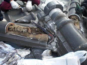 瓦屋根の雨漏り補修~棟瓦の取り外し_d0165368_3534110.jpg