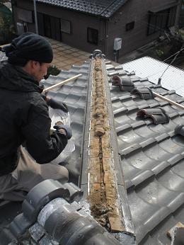瓦屋根の雨漏り補修~棟瓦の取り外し_d0165368_3544222.jpg