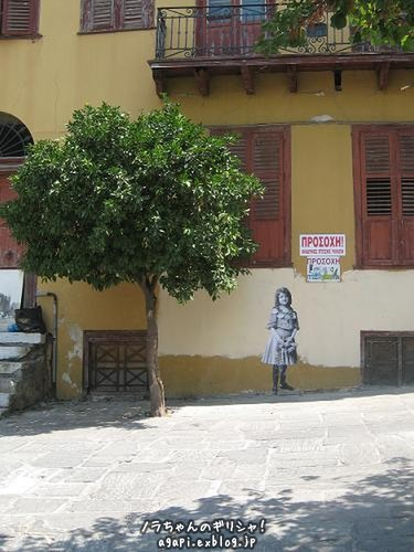廃屋の壁に描かれた少女の絵_f0037264_7552795.jpg