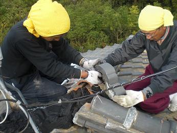 瓦屋根の雨漏り補修~棟の積み直し(続き)_d0165368_7222365.jpg
