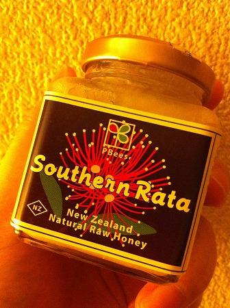 サザンラタ蜂蜜をペロリ : 笑っ...