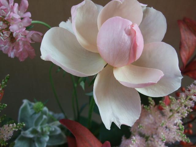オークリーフ(バラと、紅葉ヒペリカムのアレンジメント)_f0049672_17441975.jpg