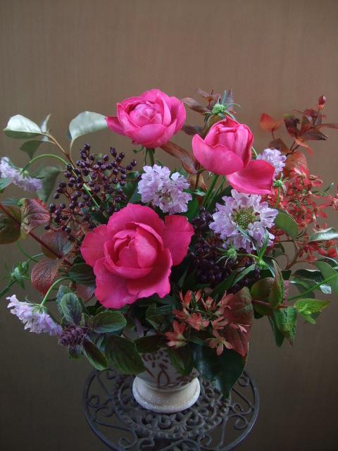 オークリーフ(バラと、紅葉ヒペリカムのアレンジメント)_f0049672_17454984.jpg