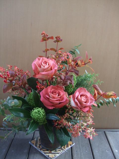 オークリーフ(バラと、紅葉ヒペリカムのアレンジメント)_f0049672_1745647.jpg