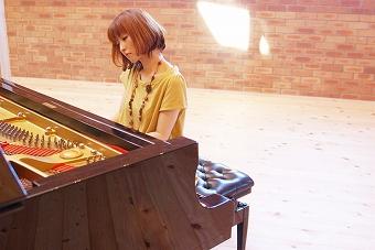 「ゲゲゲの女房」の音楽を担当した、今注目の作曲家・ピアニスト、窪田ミナが、来年1月にライブを開催 _e0025035_1032177.jpg