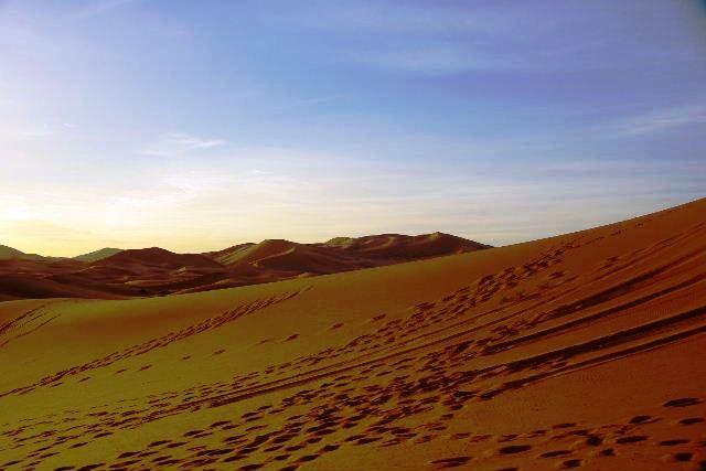 砂漠に日の出