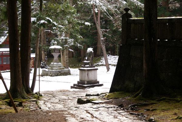 岩木山神社 柱に戯れる狛犬など_a0136293_10345991.jpg