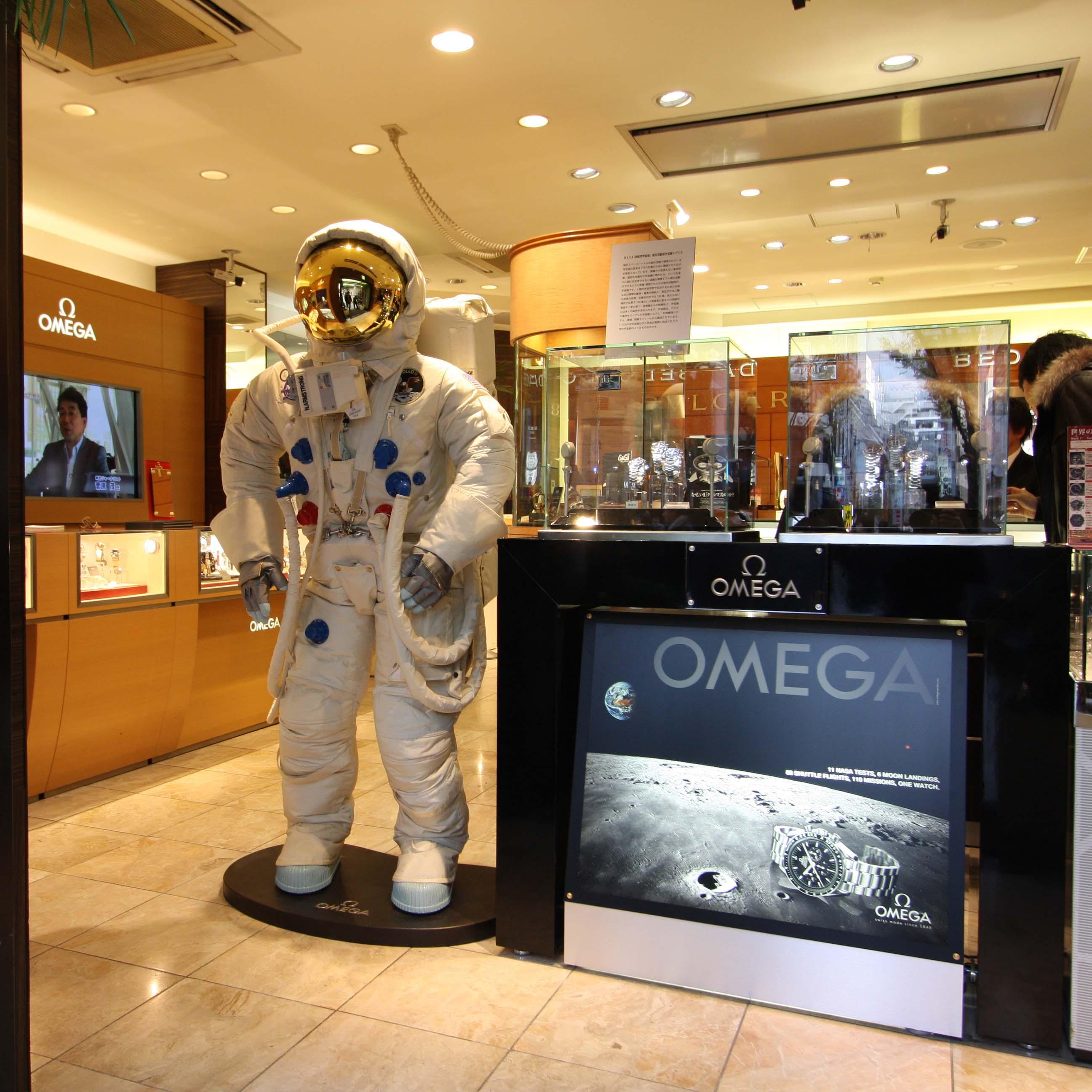 アームストロング船長の宇宙服レプリカ展示中/BEST新宿本店_f0039351_11115091.jpg