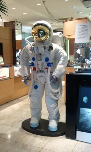 アームストロング船長の宇宙服レプリカ展示中/BEST新宿本店_f0039351_11124120.jpg