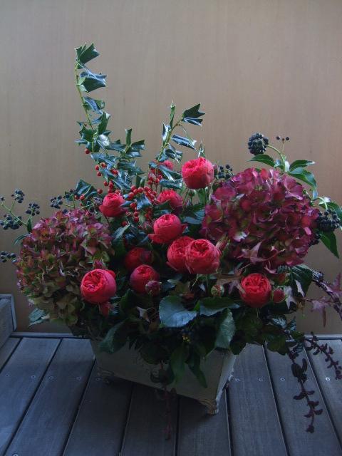 オークリーフ(バラ・ピアノと紫陽花とホーリー、赤系のアレンジメント)_f0049672_13352992.jpg