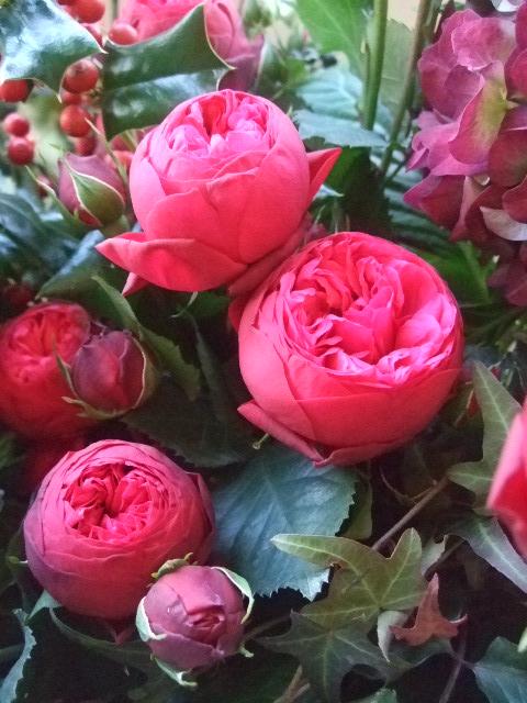 オークリーフ(バラ・ピアノと紫陽花とホーリー、赤系のアレンジメント)_f0049672_13402276.jpg