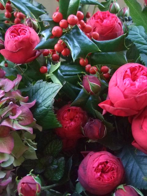オークリーフ(バラ・ピアノと紫陽花とホーリー、赤系のアレンジメント)_f0049672_13404913.jpg