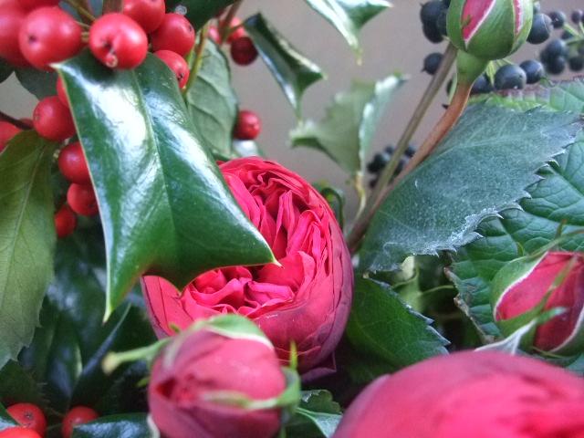 オークリーフ(バラ・ピアノと紫陽花とホーリー、赤系のアレンジメント)_f0049672_13405622.jpg