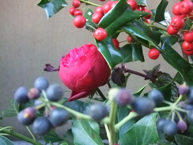 オークリーフ(バラ・ピアノと紫陽花とホーリー、赤系のアレンジメント)_f0049672_1341210.jpg