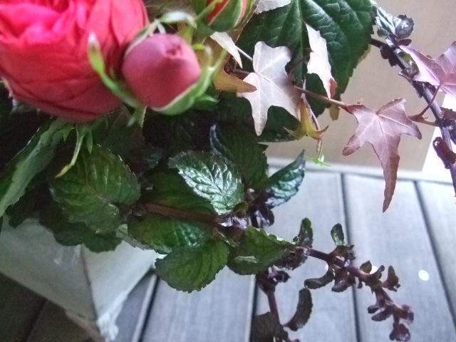 オークリーフ(バラ・ピアノと紫陽花とホーリー、赤系のアレンジメント)_f0049672_13467100.jpg