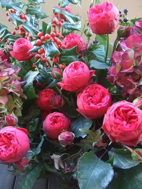 オークリーフ(バラ・ピアノと紫陽花とホーリー、赤系のアレンジメント)_f0049672_13471491.jpg