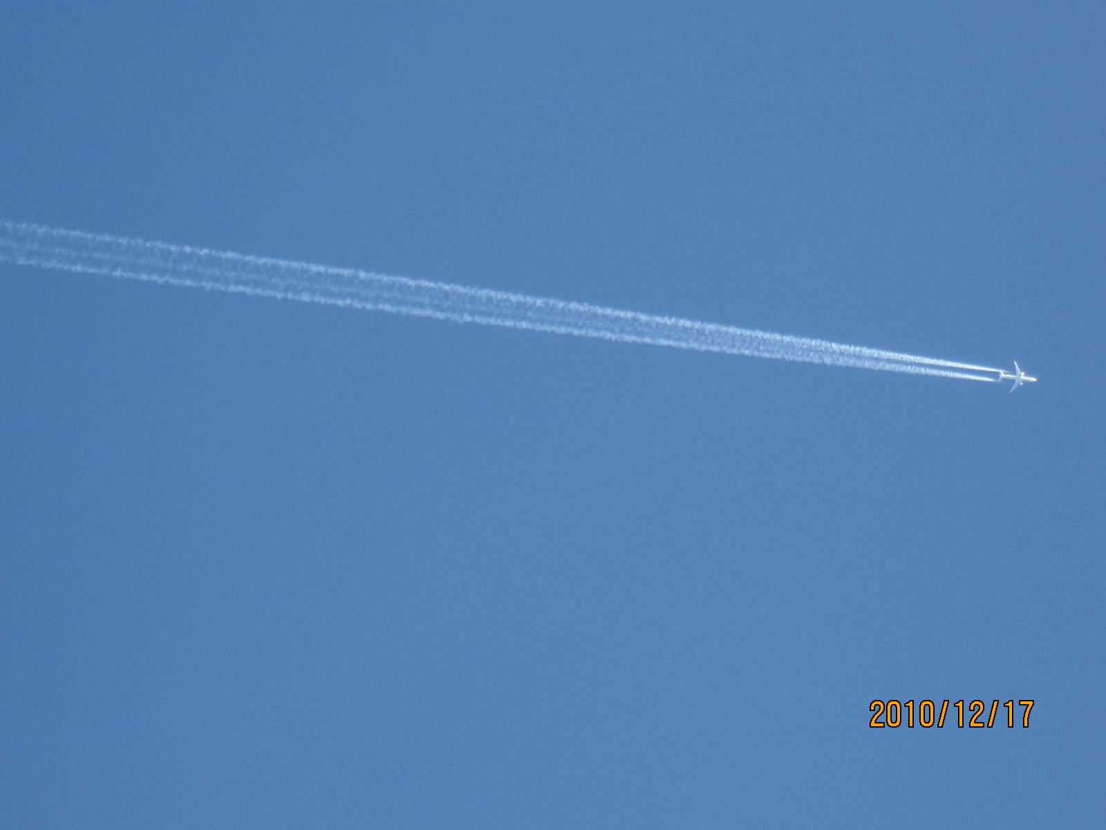 飛行機雲_f0231042_21594458.jpg