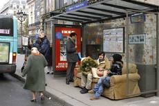 バス停に出現したリビングルーム_e0195766_1583959.jpg