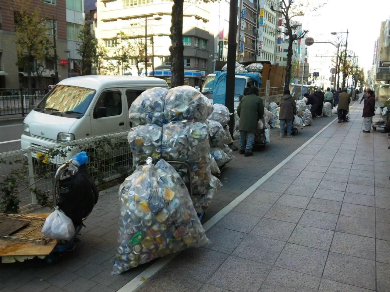池袋 東京芸術劇場前の通りにて ご苦労様です。_d0027795_10322615.jpg