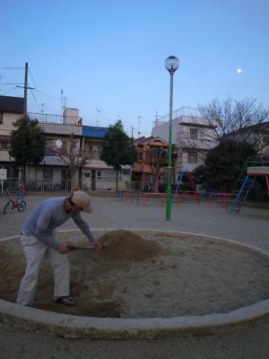 玉岡児童公園ものがたり後編・やがて芝生が青くなり祝祭が ー「公園のおじさん」岩根さんの軌跡_c0069903_8345332.jpg