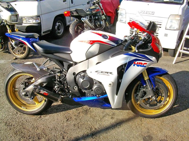 バイク仲間のCBR1000RRのリアタイヤ交換♪_c0086965_185333100.jpg