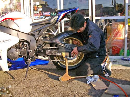 バイク仲間のCBR1000RRのリアタイヤ交換♪_c0086965_19263414.jpg