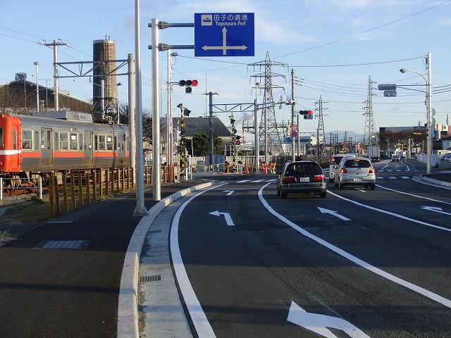 信号で渡る踏切と臨港富士線の開通_f0141310_2365237.jpg