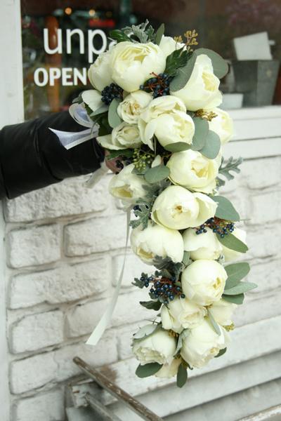 ころんころん♫の白バラの個性的なキャスケードブーケ&アプリコット色のラウンドブーケ♫_e0149863_23324238.jpg