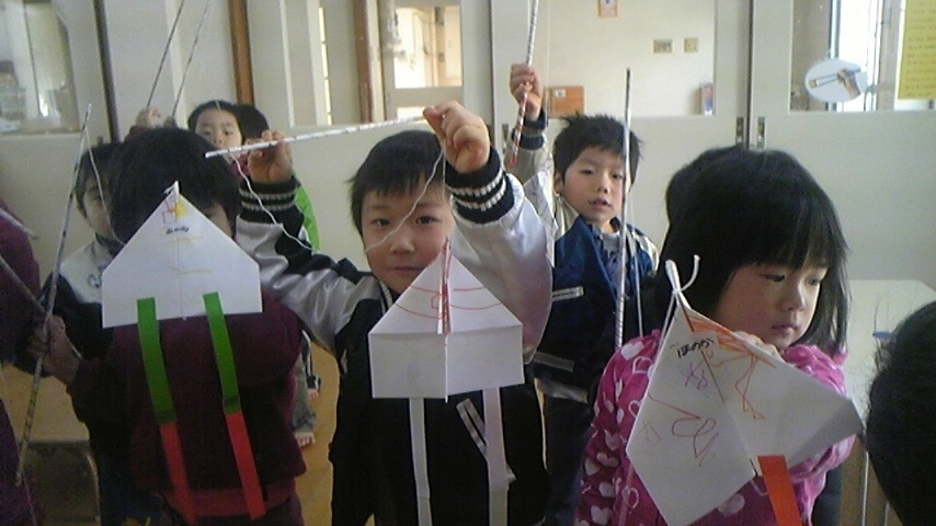 紙ヒコーキ凧をつくったよ!_c0151262_15512252.jpg