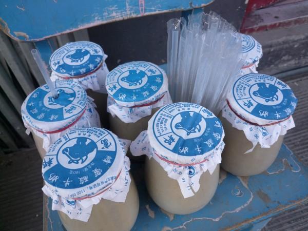 中国 北京 : 青い椅子に青いラベルの壺入り蜂蜜ヨーグルト_e0152073_0364944.jpg