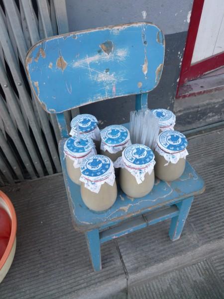 中国 北京 : 青い椅子に青いラベルの壺入り蜂蜜ヨーグルト_e0152073_0501029.jpg