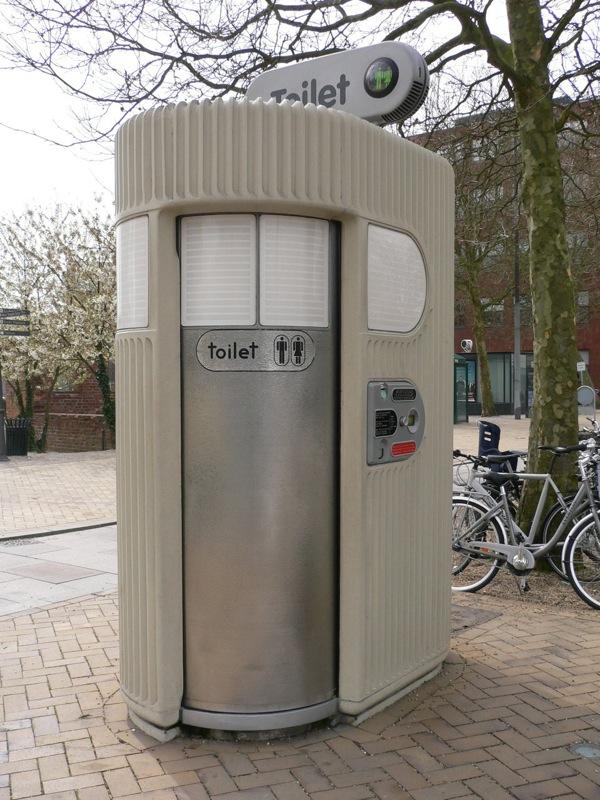 使われない公衆トイレ_f0015295_23414473.jpg