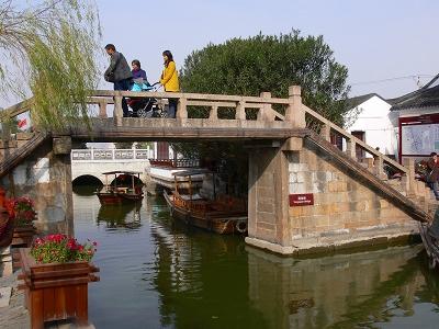 中国出張2010年12月-週末旅行-第一日目-朱家角鎮(II) 課植園、全華水郷芸術館、遊覧船、水路と橋たち_c0153302_16481745.jpg