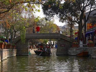 中国出張2010年12月-週末旅行-第一日目-朱家角鎮(II) 課植園、全華水郷芸術館、遊覧船、水路と橋たち_c0153302_1655319.jpg