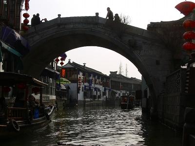 中国出張2010年12月-週末旅行-第一日目-朱家角鎮(II) 課植園、全華水郷芸術館、遊覧船、水路と橋たち_c0153302_16575097.jpg
