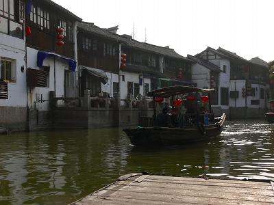 中国出張2010年12月-週末旅行-第一日目-朱家角鎮(II) 課植園、全華水郷芸術館、遊覧船、水路と橋たち_c0153302_1658197.jpg