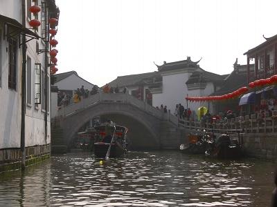 中国出張2010年12月-週末旅行-第一日目-朱家角鎮(II) 課植園、全華水郷芸術館、遊覧船、水路と橋たち_c0153302_16592033.jpg