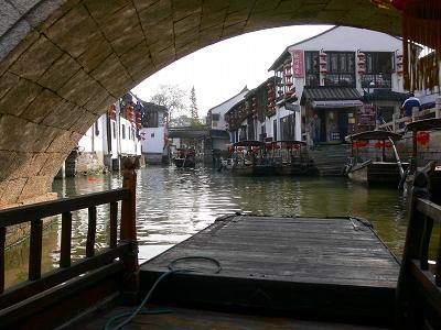 中国出張2010年12月-週末旅行-第一日目-朱家角鎮(II) 課植園、全華水郷芸術館、遊覧船、水路と橋たち_c0153302_16593020.jpg
