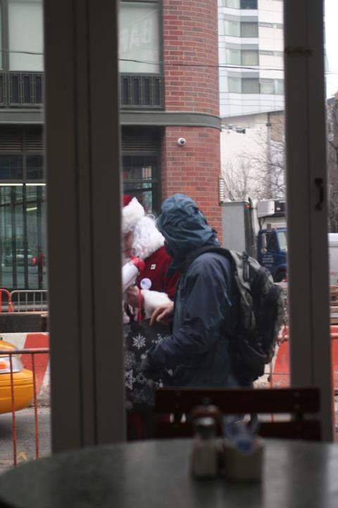 NYC サンタさんいっぱい!@BOWERY_d0004651_15122066.jpg
