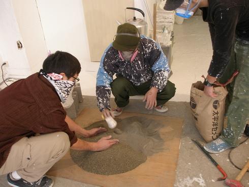 2011.1/21. 作業19日目。階段コンクリート施行、樹脂で穴を塞ぐ、床磨き_a0184716_15325.jpg