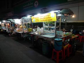 スリウォン通りの屋台街にて、タイ通振りを発揮す_c0030645_2065187.jpg
