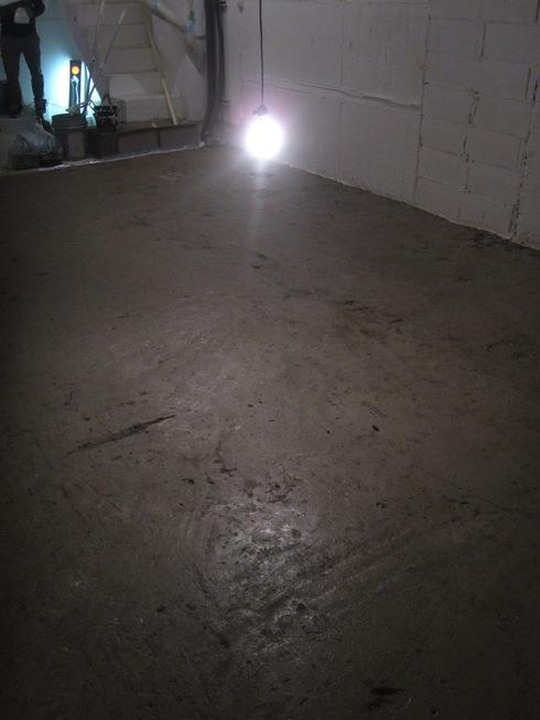 2011.1/24. 作業20日目。床はつり、シーリング、トイレコーキング、窓サッシ磨き。_a0184716_1204148.jpg