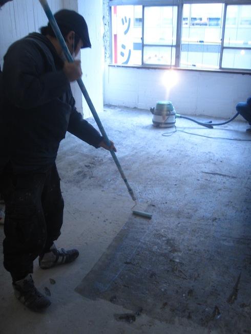 2011.1/24. 作業20日目。床はつり、シーリング、トイレコーキング、窓サッシ磨き。_a0184716_1212799.jpg