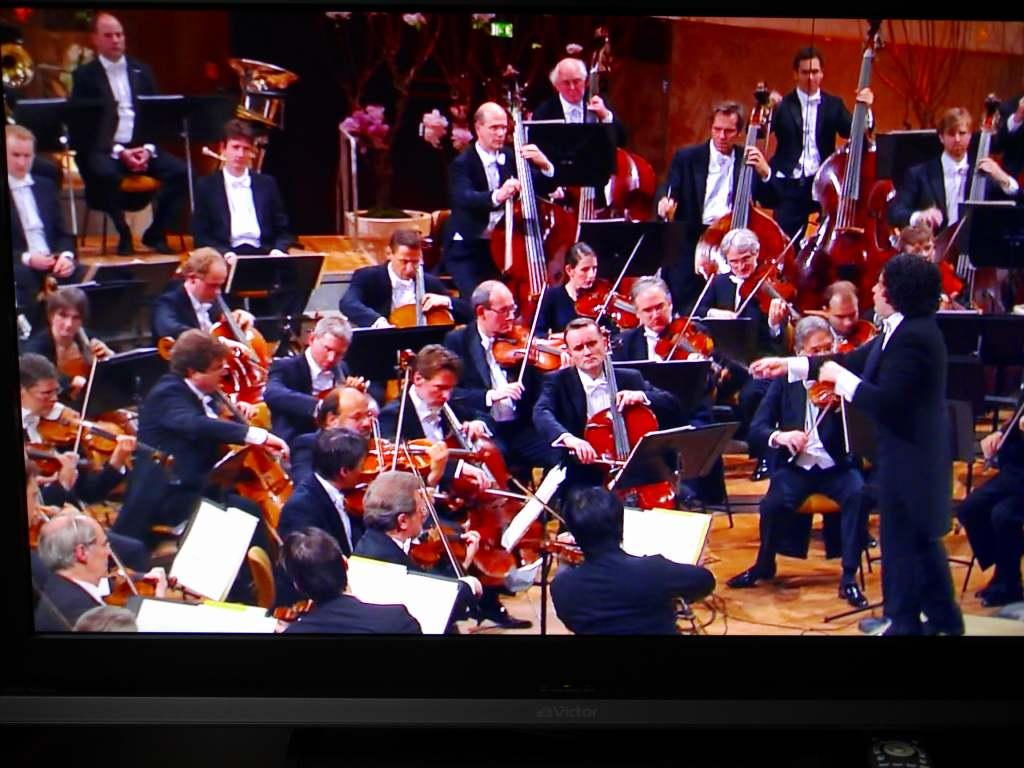 ベルリン・フィルのジルヴェスターコンサート2010_f0138096_13323672.jpg