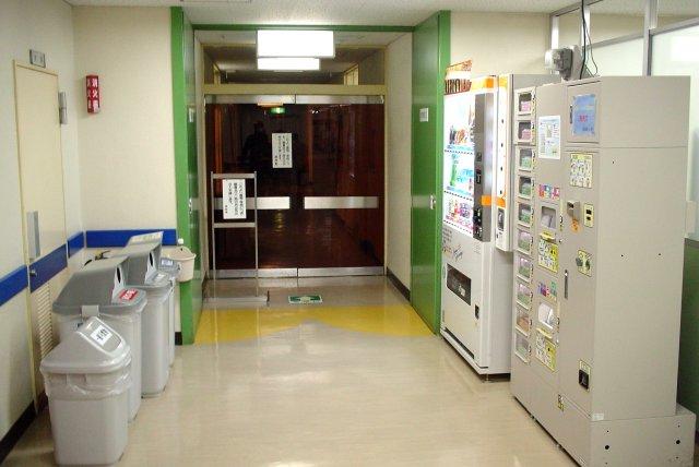 対峙する自動販売機と容器入れ・ゴミ箱_a0003909_0184411.jpg