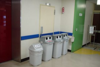 対峙する自動販売機と容器入れ・ゴミ箱_a0003909_019939.jpg